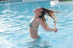 Diez años de muchacha en piscina Imagenes de archivo