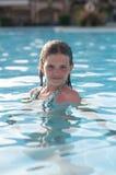 Diez años de muchacha en piscina Fotos de archivo libres de regalías