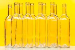 Diez botellas de cristal vacías que se colocan en fila Imágenes de archivo libres de regalías