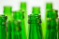 Diez cuellos verdes de la botella en el fondo blanco Imágenes de archivo libres de regalías