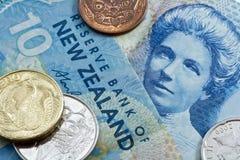 Diez dólares de Nueva Zelandia con las monedas Imágenes de archivo libres de regalías