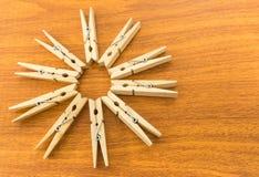 Diez pinzas de madera arreglan en lugar de la forma de la estrella en etiqueta de madera Imágenes de archivo libres de regalías