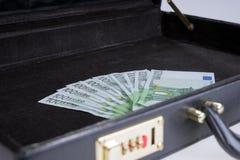 Diez por cientos billetes de banco euro en cartera Foto de archivo libre de regalías