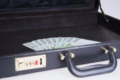 Diez por cientos billetes de banco euro en cartera Imágenes de archivo libres de regalías