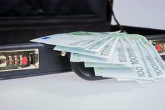 Diez por cientos billetes de banco euro en cartera Imagenes de archivo