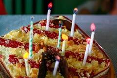 Diez velas en la torta de cumpleaños fotos de archivo libres de regalías