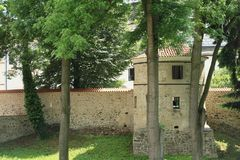 Difenda la parete con la torre sul palazzo Breznice fotografia stock