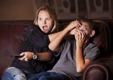 Difendendosi dal soddisfare discutibile della TV Fotografie Stock