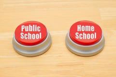 A diferença entre a educação pública de escola e home imagem de stock