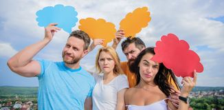 Diferença entre homens e mulheres Pensamentos do sexo diferente Homem e menina farpados com bolhas do discurso Conceito da divers fotos de stock