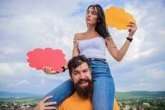Diferença entre homens e mulheres Pensamentos do sexo diferente O moderno e a menina farpados com bolhas do discurso copiam o esp foto de stock