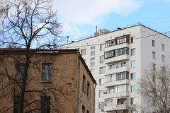 Diferencia en generaciones en el ejemplo de dos edificios imágenes de archivo libres de regalías