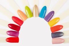 Diferente artificial dos pregos colorido com verniz para as unhas Foto de Stock Royalty Free