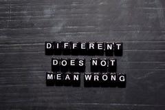 Diferente no significa mal en bloques de madera Concepto de la educaci?n, de la motivaci?n y de la inspiraci?n fotografía de archivo libre de regalías