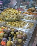 Diferente tipo de aceitunas para la venta en el mercado, Torrevieja, España Fotos de archivo libres de regalías