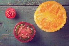 Diferentes tipos coloridos de tomates en fondo de madera Imagenes de archivo