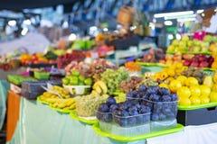 Diferentes tipos de frutas frescas en el mercado fotografía de archivo