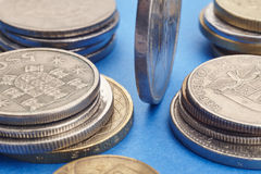 Diferentes tipos de monedas sobre un fondo azul Detalle macro Fotos de archivo libres de regalías