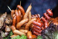 Diferentes tipos de salchichas asadas a la parrilla Alimento delicioso foto de archivo libre de regalías
