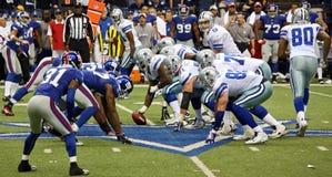 Difesa del Giants di offesa del Tony Romo dei cowboy Fotografie Stock
