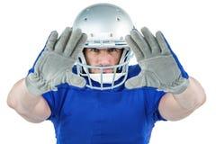 Difesa del giocatore di football americano del ritratto fotografie stock libere da diritti