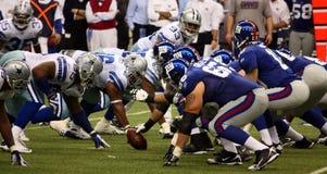 Difesa di Dallas di offesa dei cowboy NY Giants Immagini Stock Libere da Diritti