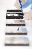 Difetto del disco fisso di riparazione dell'ingegnere in informatica, sterile fotografia stock libera da diritti