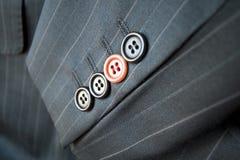 Différence d'affaires/bouton rouge de procès restant à l'extérieur Photographie stock