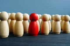 Différence, dissimilitude et concept de clarté Figures en bois sur un bureau image stock