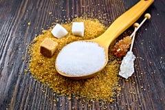 Différent blanc et brun de sucre à bord Photos stock