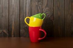 Différent dans la taille et tasses en céramique de couleur pour le café et le thé - au sujet de images stock