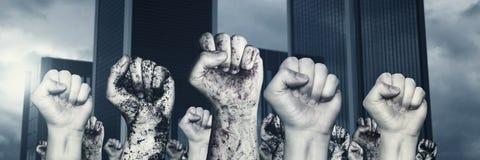 Différent soulevant les poings gauches devant le gratte-ciel Images libres de droits