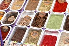 différentes épices colorées Photo stock
