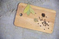 Différentes épices sur un conseil en bois image stock