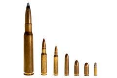 Différentes balles de calibre, sur un fond blanc Photographie stock
