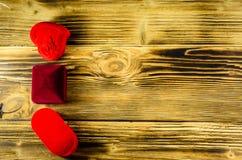 Différentes boîtes à bijoux sur la table en bois Vue supérieure Photo libre de droits