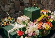 Différentes boîtes avec des vacances de fleurs de cadeaux images libres de droits