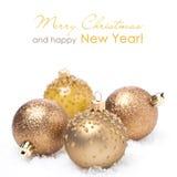 Différentes boules d'or de Noël dans la neige,  Photographie stock