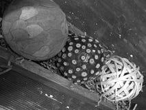 Différentes boules de style dans le récipient en bois Photos stock