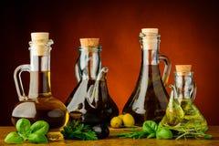Différentes bouteilles d'huile d'olive infusée Photographie stock libre de droits