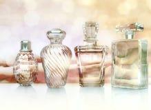 Différentes bouteilles de parfum sur le fond de lighte Photos libres de droits