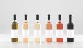 Différentes bouteilles de vin avec les labels blancs vides Photos stock