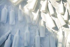 Différentes bouteilles de vodka de vin couvertes de peinture acrylique blanche images stock