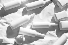 Différentes bouteilles de vodka de vin couvertes de peinture acrylique blanche image libre de droits