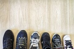 Différentes chaussures à la mode modernes sur le fond en bois avec la Co Photo stock