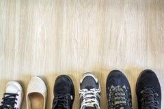 Différentes chaussures à la mode modernes sur le fond en bois avec la Co Images libres de droits