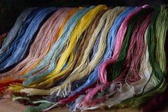 Différentes couleurs de fil de broderie Photo libre de droits
