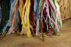 Différentes couleurs de fil de broderie Photos libres de droits