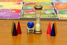 Différentes couleurs des puces en plastique avec des matrices et des enfants de jeu de société Images stock