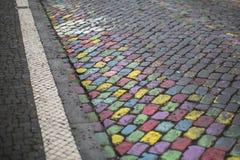 Différentes couleurs lumineuses peintes par trottoir en pierre Résumé Image libre de droits